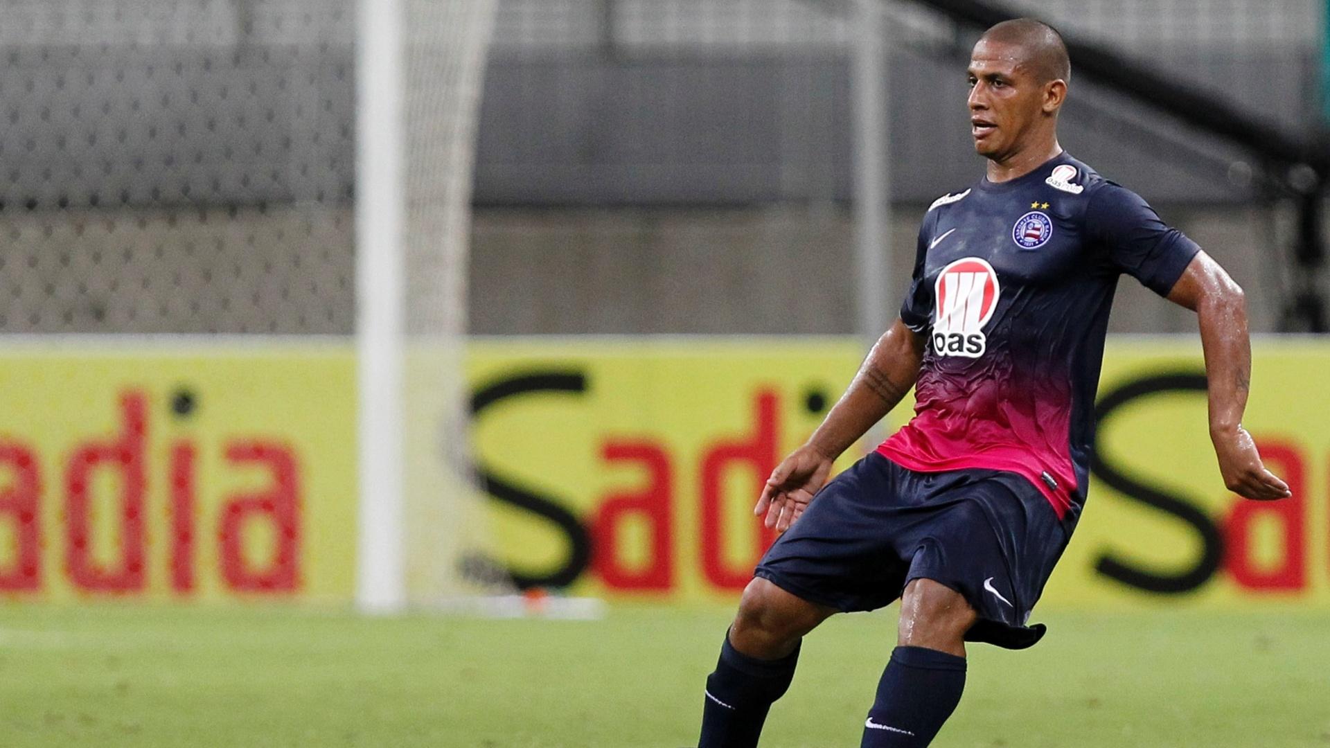 14.mai.2014 - Uelliton, volante do Bahia, durante jogo contra o América-MG, pela Copa do Brasil