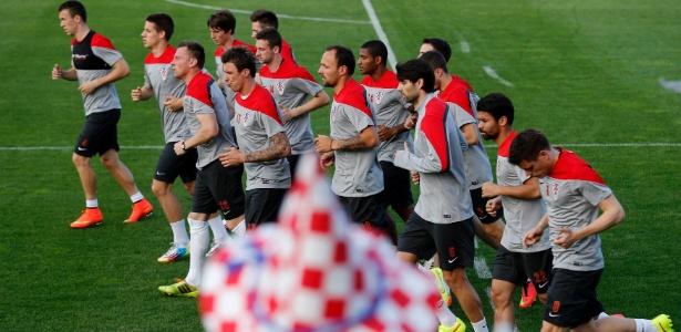 Jogadores da seleção croata correm durante treinamento preparatório para a Copa do Mundo