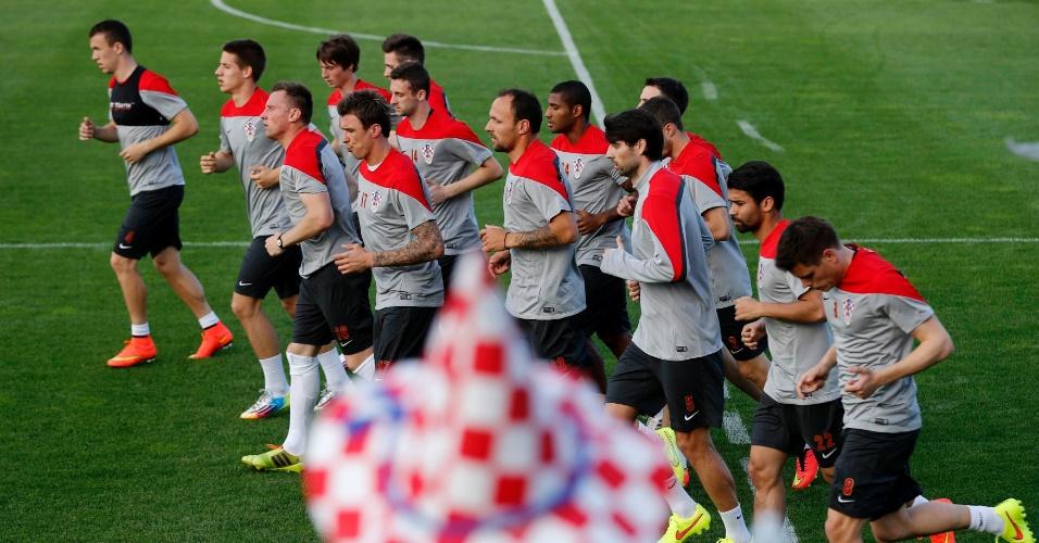23.mai.14 - Jogadores da seleção da Croácia correm durante treino em preparação para a Copa do Mundo de 2014, em Bad Tatzmannsdorf (Áustria)
