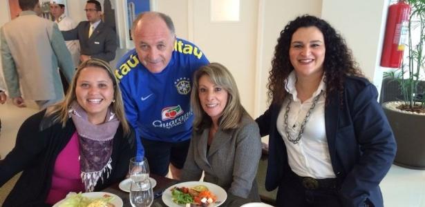Felipão com as psicólogas da seleção brasileira Gisele Silva, Regina Brandão e Aline Magnani