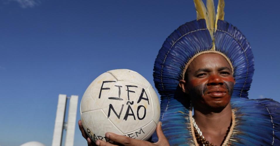 """28.mai.2014 - A quinta-feira foi novamente de protesto em Brasília. Índios de diversas etnias foram ao gramado do Congresso Nacional em uma manifestação contra mudanças na demarcação de terras. Os índios jogaram futebol com uma bola escrita: """"Fifa não"""""""