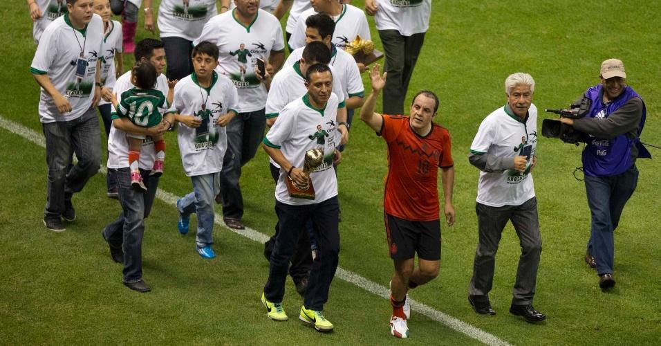 28.mai.2014 - Aos 41 anos de idade, Cuauhtémoc Blanco se despede da seleção mexicana e é homenageado