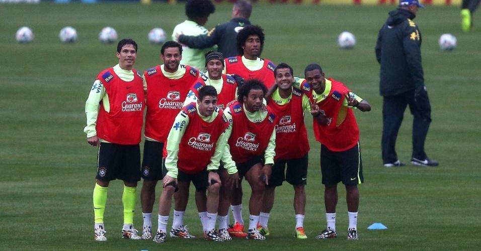 28.mai.2014 - Atletas da seleção brincam durante treinamento na Granja Comary nesta quarta