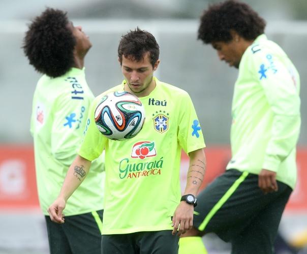 28.mai.2014 - Bernard participa de atividade com bola no primeiro treino da seleção brasileira antes da Copa do Mundo
