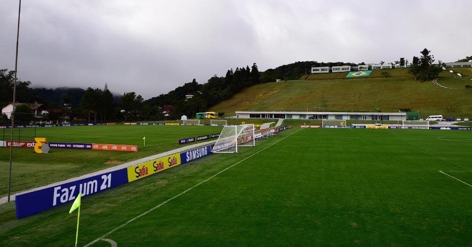 28.mai.2014 - Campo da Granja Comary preparado para receber pela primeira vez a seleção brasileira na preparação para a Copa do Mundo de 2014