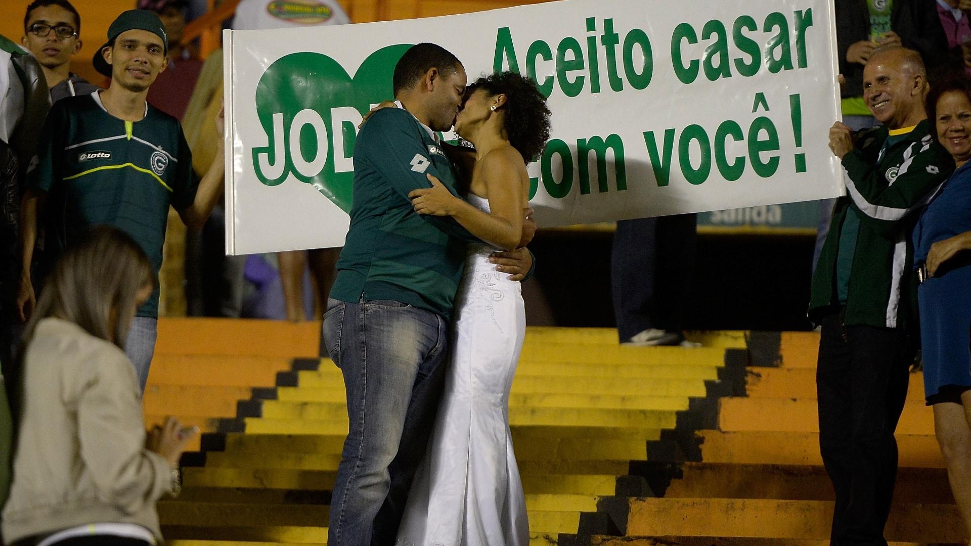 28.mai.2014 - Casal se beija após proposta de casamento feita no Serra Dourada, durante o duelo entre Goiás e Vitória