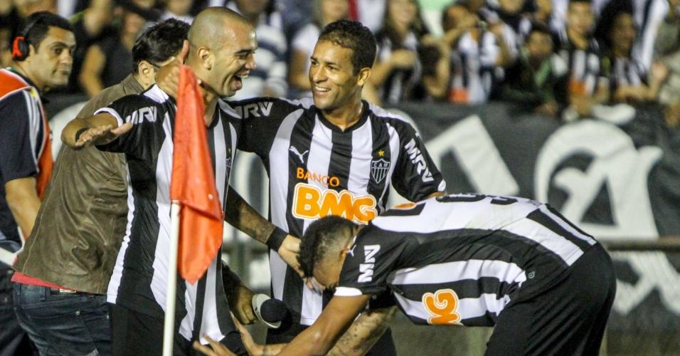 28.mai.2014 - Companheiros celebram Diego Tardelli, autor do 2° gol do Galo sobre o Fluminense