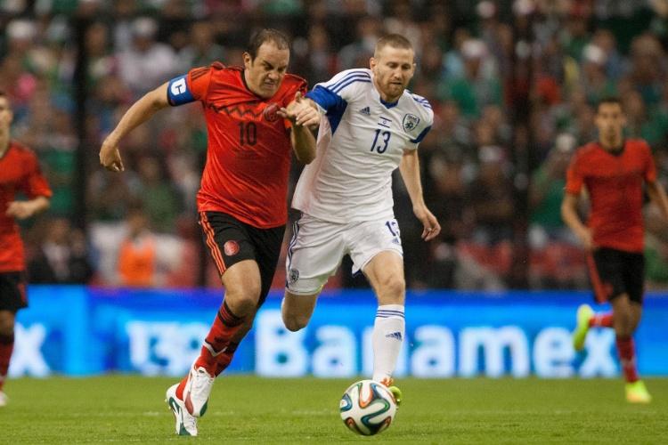 28.mai.2014 - Cuauhtémoc Blanco disputa bola com Yeini em amistoso entre México e Israel, no estádio Azteca