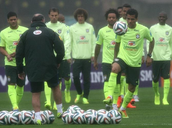 28.mai.2014 - Daniel Alves faz embaixadinhas no primeiro treino da seleção brasileira antes da Copa do Mundo