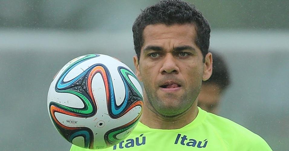28.mai.2014 - Daniel Alves observa a bola para dominá-la durante o primeiro treino da seleção brasileira antes da Copa do Mundo