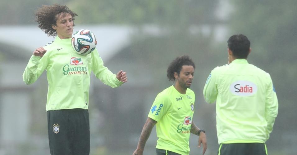 28.mai.2014 - David Luiz domina a bola no peito durante treino da seleção brasileira na Granja Comary