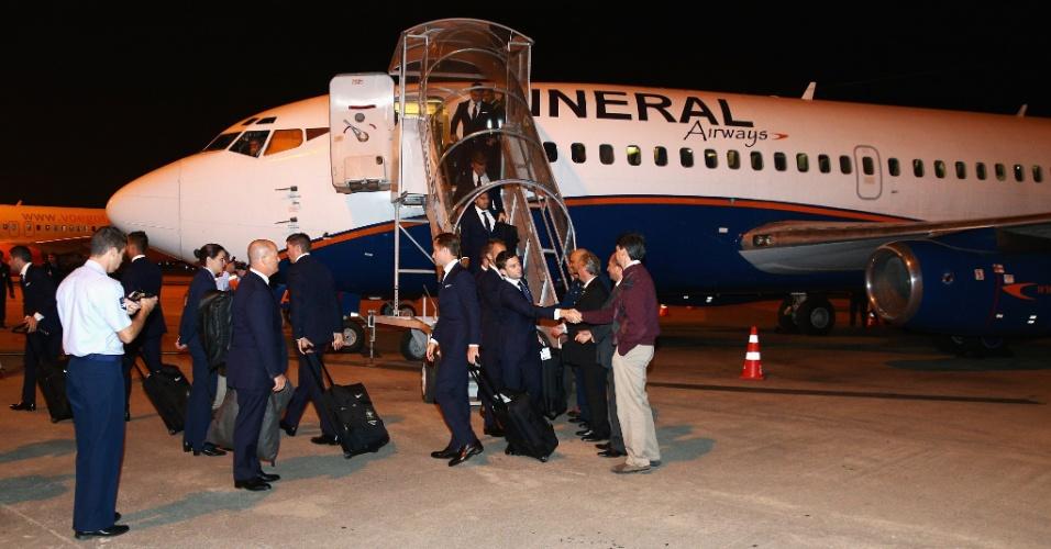 28.mai.2014 - Delegação australiana desembarca em Curitiba; a Austrália é a primeira seleção a chegar ao Brasil para a Copa