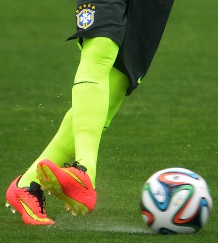 28.mai.2014 - Detalhe da chuteira de Neymar durante treinamento da seleção em Teresópolis