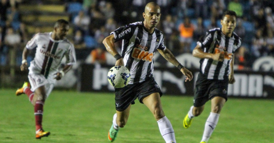 28.mai.2014 - Diego Tardelli tenta ataque para o Atlético-MG contra o Fluminense
