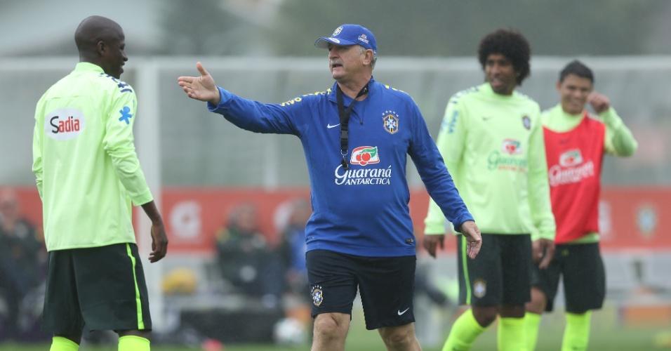 28.mai.2014 - Felipão chama a atenção de Ramires durante treino da seleção brasileira na Granja Comary
