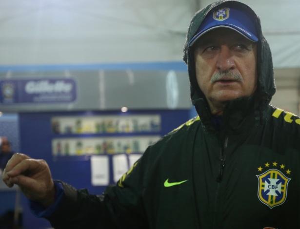 28.mai.2014 - Felipão conversa com repórteres antes do treino da tarde da seleção brasileira