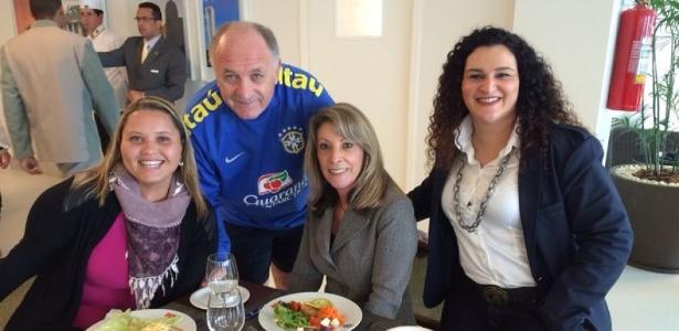 Felipão posa para foto com as psicólogas que conversarão com os jogadores