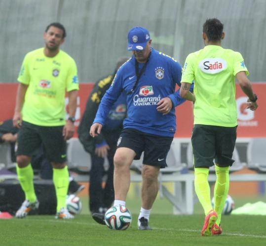 28.mai.2014 - Felipão também participa de trabalho com bola no treino da seleção brasileira em Teresópolis
