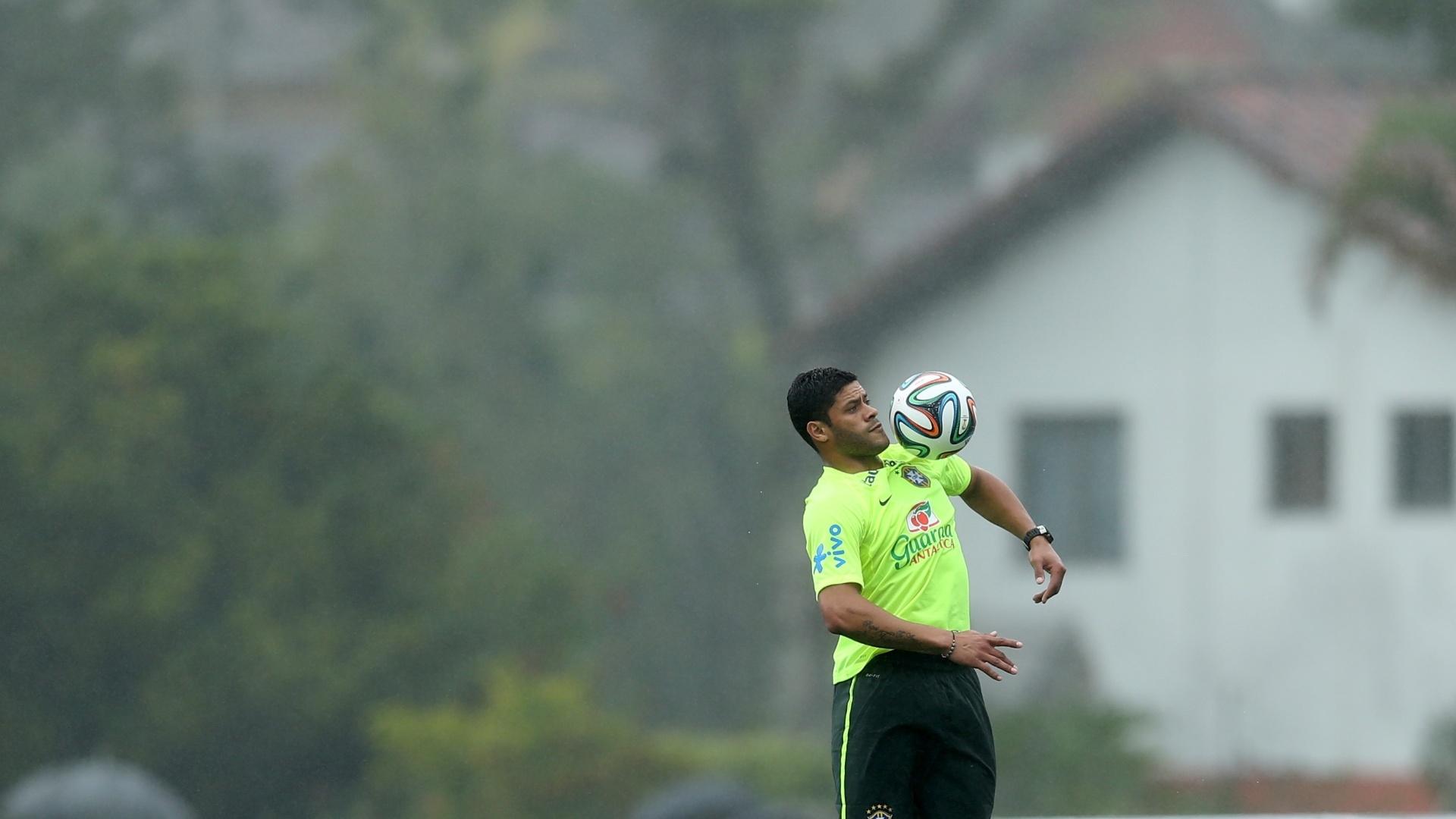 28.mai.2014 - Hulk domina a bola no peito durante treinamento da seleção brasileira na Granja Comary, em Teresópolis