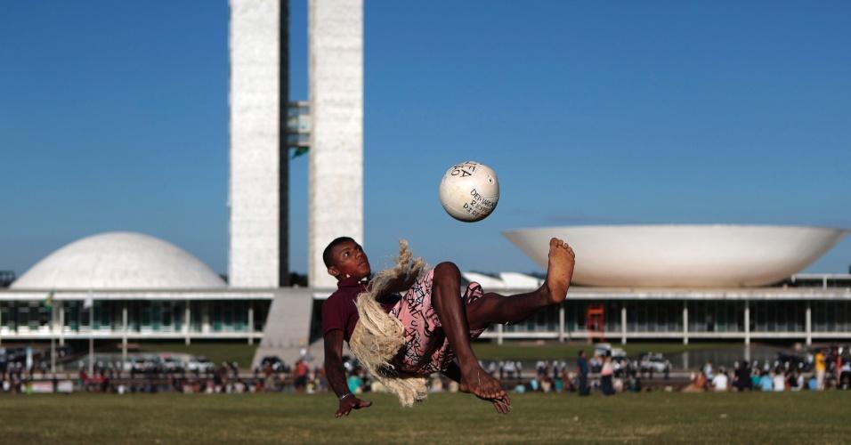 28.mai.2014 - Índio arrisca bicicleta durante protesto contra a Copa e a mudança na demarcação de terras