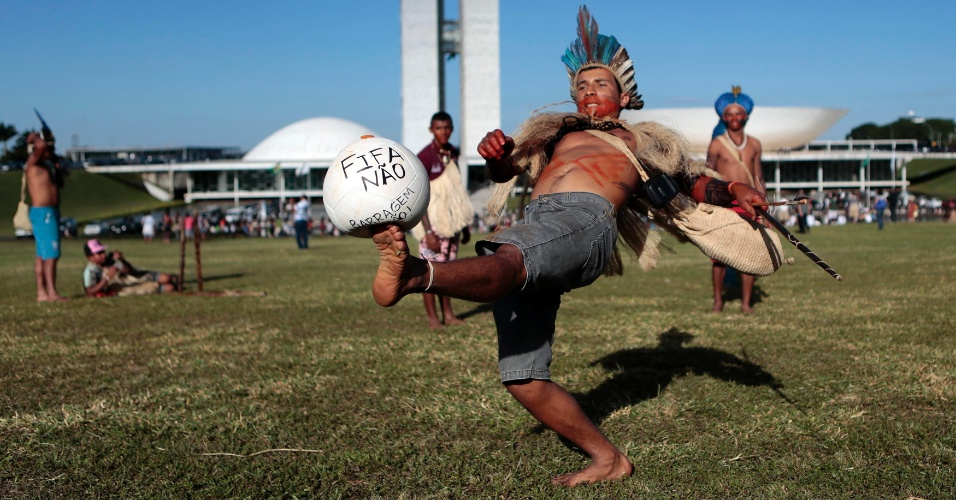 28.mai.2014 - Índios jogam bola durante protesto contra mudanças na demarcação de terras