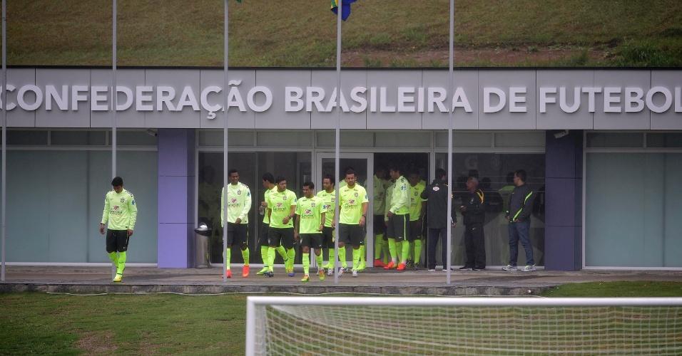 28.mai.2014 - Jogadores da seleção brasileira aparecem no gramado da Granja Comary pela primeira vez na preparação para a Copa do Mundo. Eles farão nesta quarta o primeiro trabalho com bola