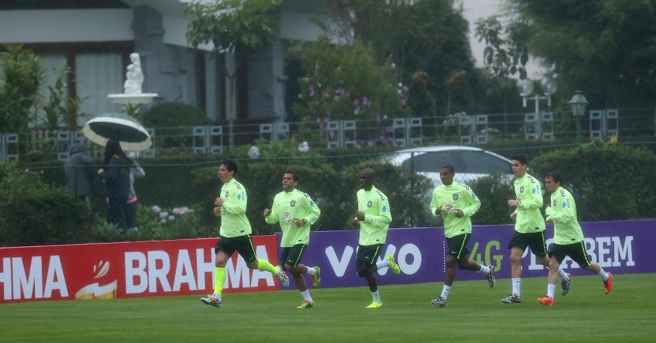 28.mai.2014 - Jogadores da seleção correm no aquecimento do treino da tarde