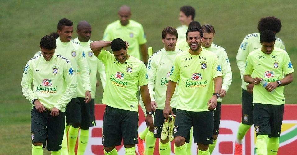 28.mai.2014 - Jogadores da seleção mostram descontração antes do primeiro treino com bola na Granja Comary