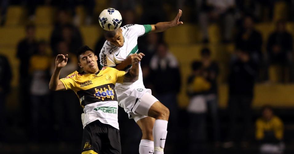 28.mai.2014 - Jogadores dividem bola pelo alto em duelo entre Criciúma e Coritiba, pela oitava rodada do Brasileirão