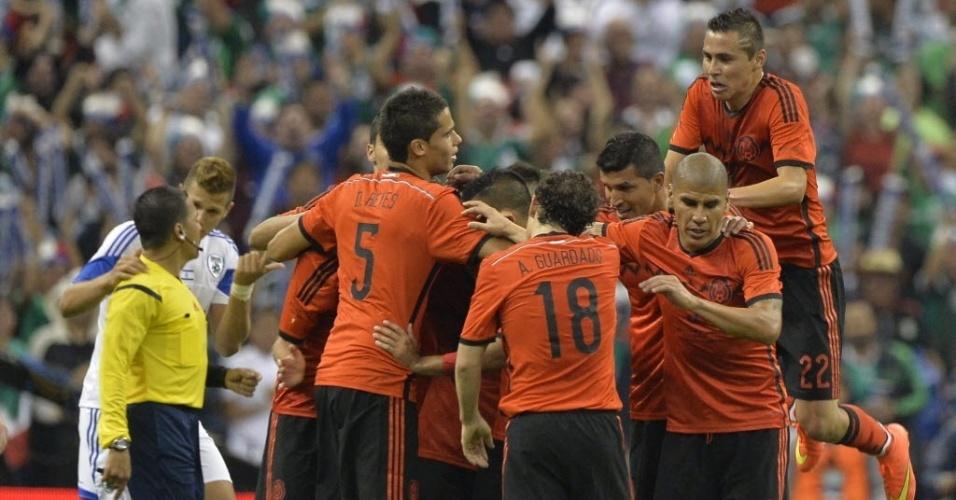 28.mai.2014 - Mexicanos comemoram gol de Layún, no final do primeiro tempo