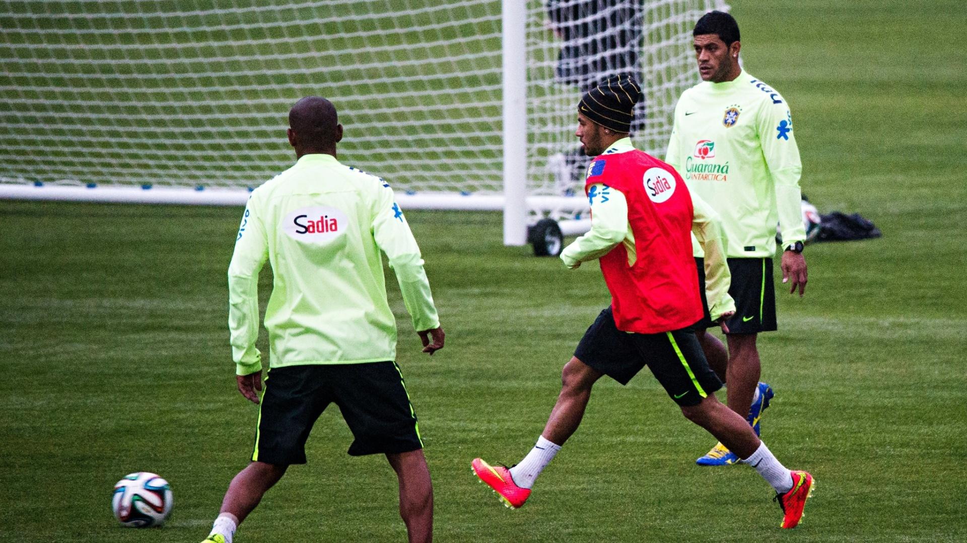28.mai.2014 - Neymar bate bola com Hulk e Maicon durante treinamento do Brasil na Granja Comary