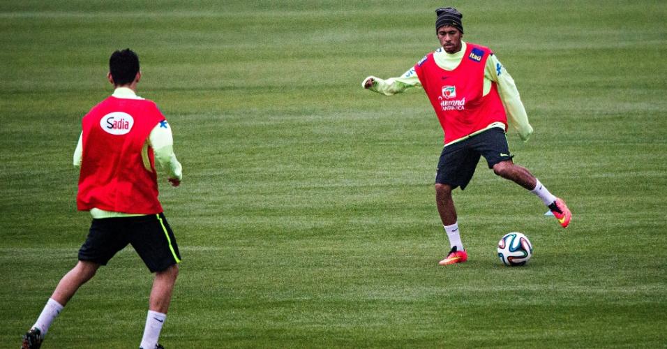 28.mai.2014 - Neymar bate bola durante treinamento do Brasil na Granja Comary