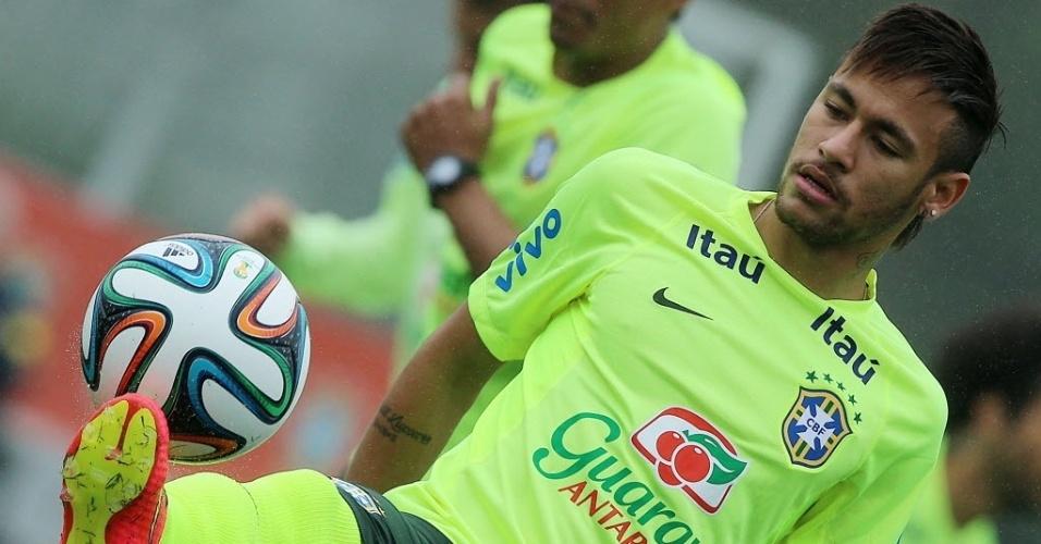 28.mai.2014 - Neymar domina a bola durante treino da seleção brasileira na preparação para a Copa do Mundo