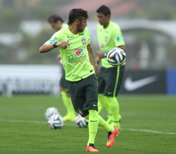 28.mai.2014 - Neymar exibe habilidade com a bola em treino da seleção brasileira na Granja Comary