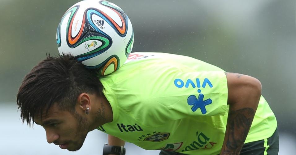 28.mai.2014 - Neymar exibe habilidade e domínio de bola no primeiro treino com bola da seleção brasileira na preparação para a Copa do Mundo