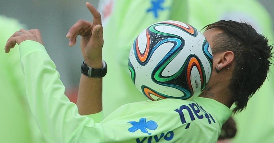 28.mai.2014 - Neymar faz malabarismo com a bola durante treinamento da seleção brasileira na Granja Comary