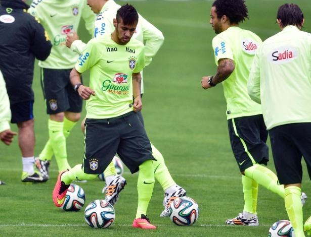 28.mai.2014 - Neymar faz primeiro treinamento com bola com a seleção brasileira na Granja Comary