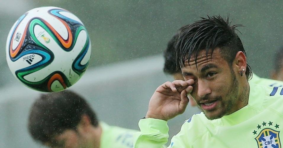28.mai.2014 - Neymar participa de atividade com bola no primeiro treino da seleção brasileira no período de preparação para a Copa do Mundo