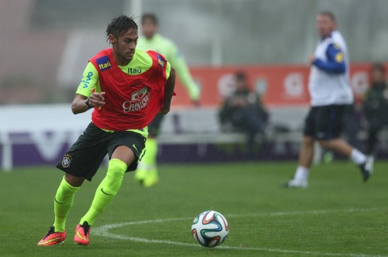 28.mai.2014 - Neymar participa de coletivo no primeiro treino da seleção brasileira no período de preparação para a Copa do Mundo