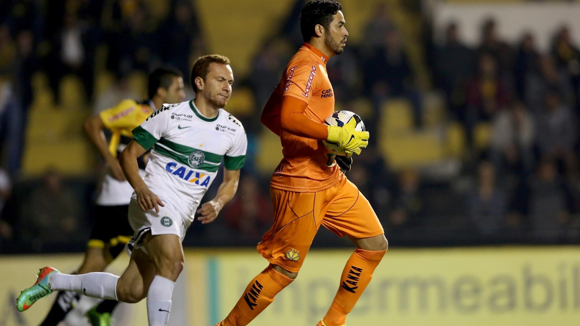 28.mai.2014 - O atacante Zé Eduardo, do Coritiba, acompanha a reposição de bola do goleiro Luiz, do Criciúma