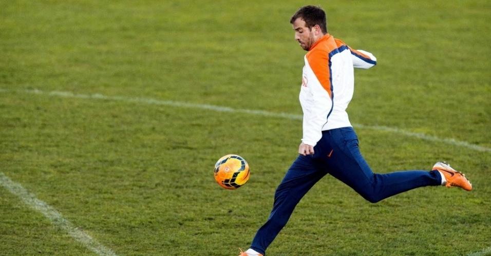 28.mai.2014 - O meia Rafael Van der Vaart sentiu lesão na coxa direita durante treino da seleção holandesa em Portugal e ficará de fora da Copa do Mundo no Brasil
