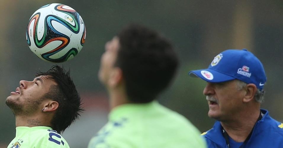 28.mai.2014 - Observados por Felipão, Neymar e Oscar realizam trabalho de domínio de bola durante treino da seleção brasileira na Granja Comary
