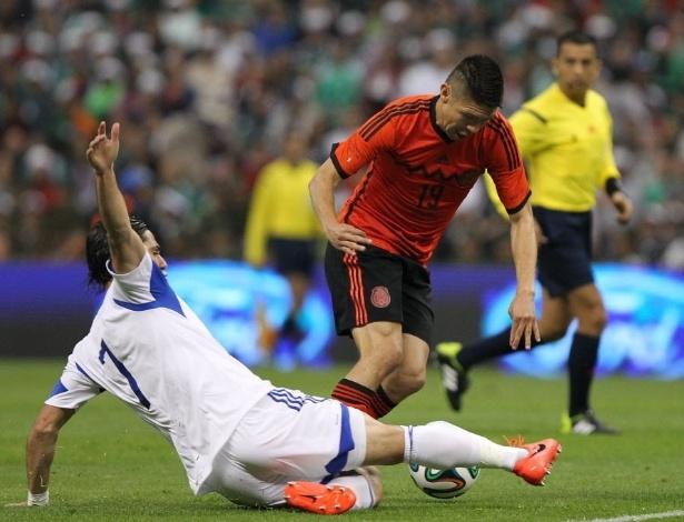 28.mai.2014 - Oribe Peralta leva carrinho do israelense Baram Kayal em amistoso pré-Copa do México