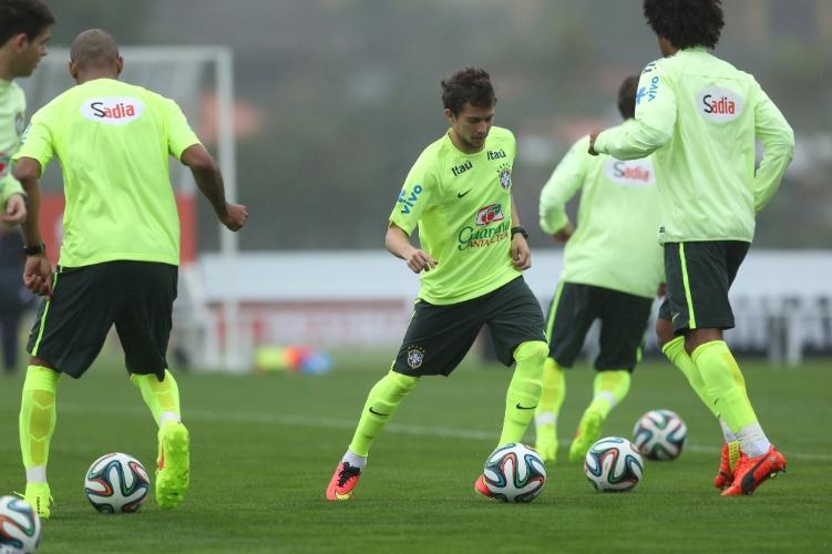 28.mai.2014 - Os jogadores da seleção brasileira fizeram a sua primeira atividade com bola na preparação para a Copa do Mundo nesta quarta-feira (28/05)