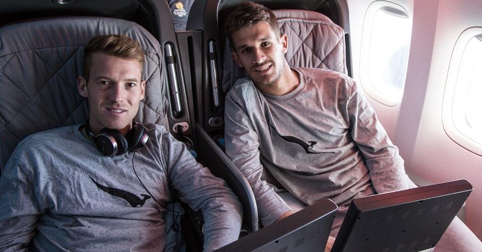 28.mai.2014 - Os jogadores Oliver Bozanic e Dario Vidosic no voo que trouxe a seleção da Austrália para o Brasil
