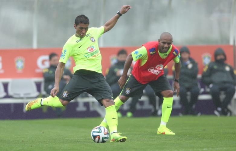 28.mai.2014 - Paulinho finaliza durante jogo coletivo no primeiro treino da seleção brasileira na preparação para a Copa do Mundo