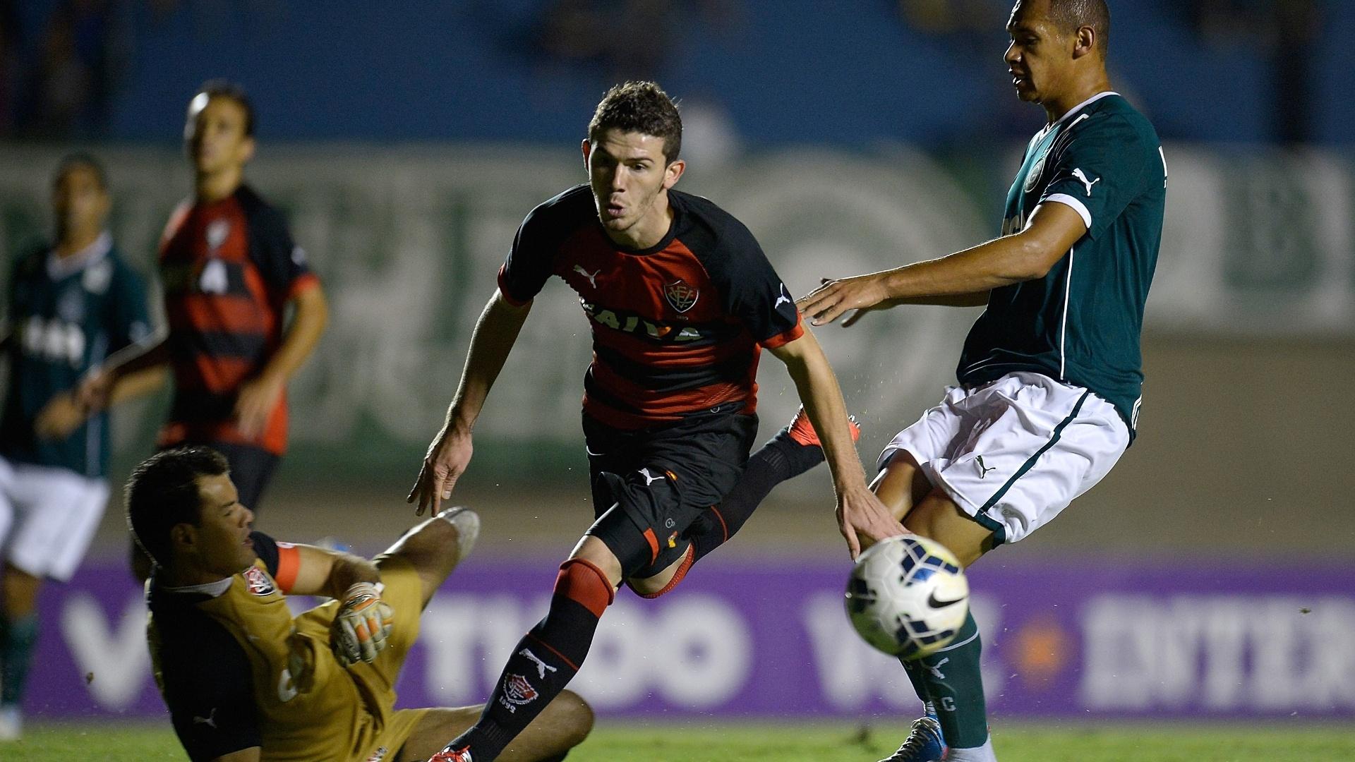 28.mai.2014 - Ramon, do Goiás, tenta chute ao gol na saída do goleiro Wilson, do Vitória