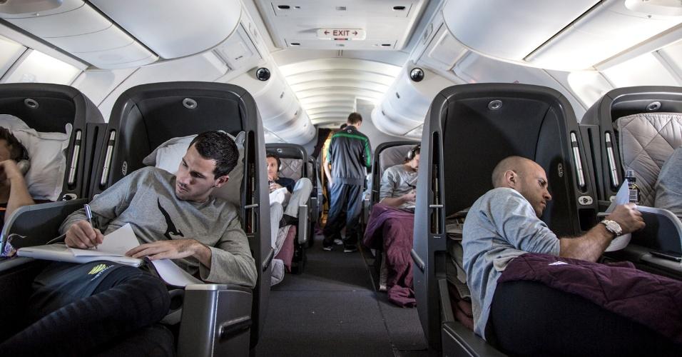 28.mai.2014 - Ryan McGowan (e) e Mark Bresciano no voo que trouxe a seleção da Austrália para o Brasil