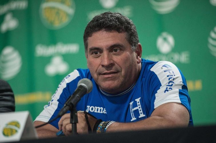 28.mai.2014 - Técnico de Honduras, Luis Fernando Suarez, concede entrevista coletiva após treino da seleção para a Copa