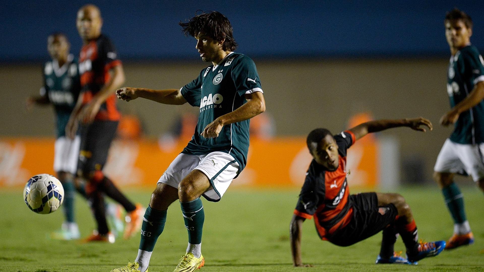 28.mai.2014 - Tiago Real passa a bola pelo Goiás no duelo com o Vitória